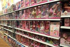 Amplia selecci?n de mu?ecas para las muchachas en tienda de los ni?os Departamento interior del juguete foto de archivo libre de regalías