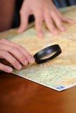 Ampliar len e um mapa fotografia de stock