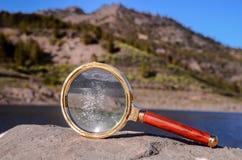 Amplie a lupa de vidro na rocha vulcânica Fotografia de Stock Royalty Free