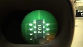 Amplie a placa da verificação da lente vídeos de arquivo