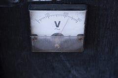 Amplificador antiguo de V=Voltage del voltímetro del indicador en la caja de madera para la música al aire libre fotografía de archivo libre de regalías