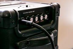 Amplificador da guitarra com seletores e controles para o volume, ganho, baixo, triplo O cabo de Jack conectou fotografia de stock royalty free