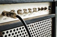 Amplificador de la guitarra con el cable del enchufe Imágenes de archivo libres de regalías