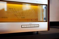Amplificador de potencia audio estéreo del vintage metro grande del VU que brilla intensamente Fotos de archivo libres de regalías