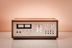Amplificador de potencia estéreo de la vendimia en cabina de madera Imágenes de archivo libres de regalías