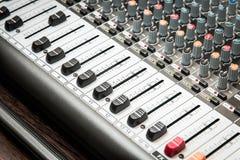 Amplificador de sonidos del amplificador o mezclador musical de la música con los agujeros de los botones, de Jack y los conector Foto de archivo