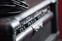 Amplificador do close up com fileira dos botões e dos botões, descrições que giram obscuras, pacote do cabo colocado na parte sup Fotografia de Stock Royalty Free
