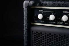 Amplificador eléctrico del cuero del negro de la guitarra baja Foto de archivo