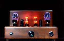 Amplificador electrónico con la lámpara del bulbo que brilla intensamente Imagen de archivo