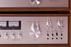 Amplificador estéreo de alta fidelidad de la vendimia en cabina de madera Imagen de archivo