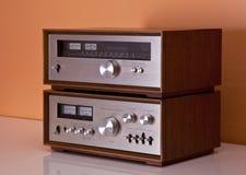 Amplificador estéreo de la vendimia y cabinas de madera del sintonizador Fotos de archivo libres de regalías