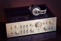 Amplificador estereofônico audio do vintage com fones de ouvido Fotografia de Stock