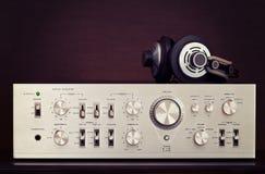 Amplificador estereofônico audio do vintage com fones de ouvido Fotografia de Stock Royalty Free