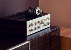 Amplificador estereofônico audio do vintage com fones de ouvido foto de stock