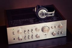 Amplificador estereofônico audio do vintage com fones de ouvido imagem de stock royalty free