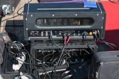 Amplificador profissional, equipamento audio, cabos e conectores: fotografia de stock royalty free
