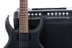 Amplificador y eléctrico-guitarra de la guitarra Imágenes de archivo libres de regalías