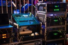 Amplificadores audios de la música y consola de mezcla de DJ foto de archivo