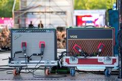 Amplificadores da guitarra do para-choque e do Vox na fase no festival de música de Dcode fotografia de stock