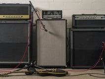 Amplificadores da guitarra no estúdio de gravação imagem de stock