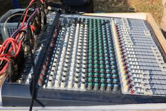Amplificadores eletrônicos do equalizador para conectar aos dispositivos da música fotografia de stock