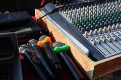 Amplificadores eletrônicos do equalizador para conectar aos dispositivos da música imagens de stock royalty free