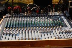 Amplificadores eletrônicos do equalizador para conectar aos dispositivos da música foto de stock royalty free