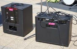 Amplificadores exteriores ao lado de um cilindro imagens de stock