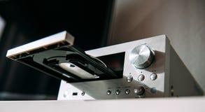 Amplificateur stéréo de haute fidélité moderne avec du CD Image stock