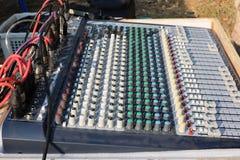 Amplificateurs électroniques d'égaliseur pour se relier aux dispositifs de musique photographie stock