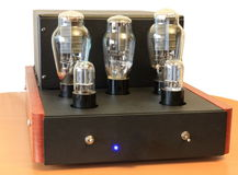Amplificatore della valvola elettronica su 300B immagine stock