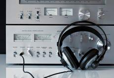 Amplificatore e sintonizzatore stereo dell'annata con le cuffie Fotografia Stock