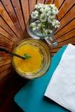 Amplificazione del vostro giorno con il succo organico fresco del mango fotografia stock libera da diritti