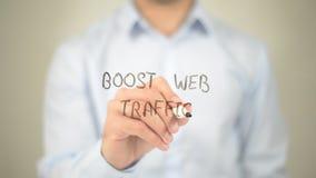 Amplifichi il traffico di web, scrittura dell'uomo sullo schermo trasparente Immagini Stock