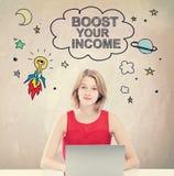 Amplifichi il vostro concetto di reddito con la donna che lavora al computer portatile immagine stock libera da diritti