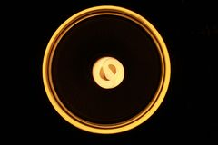 Ampola circular amarela da bobina foto de stock