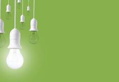 Ampola da diferença no fundo verde Conceito de ideias novas foto de stock