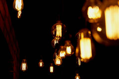 Ampola de Edison que pendura em um fio longo Luz amarela morna acolhedor retro Imagens de Stock