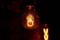 Ampola de Edison que pendura em um fio longo Luz amarela morna acolhedor retro Fotografia de Stock Royalty Free