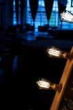 Ampola de Edison que pendura em um fio longo Luz amarela morna acolhedor retro Foto de Stock Royalty Free
