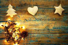 Ampola de Natal com a decoração na tabela de madeira Foto de Stock