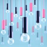 Ampola do filamento antigo decorativo do estilo de edison na luz - fundo azul Imagem filtrada Fotografia de Stock Royalty Free