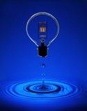 Ampola elétrica com ondinhas azuis Fotos de Stock Royalty Free