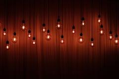 Ampola em um fundo escuro Espaço para sua tarefa ou mensagem Garland Light Bulb imagem de stock