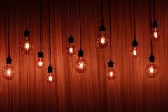 Ampola em um fundo escuro Espaço para sua tarefa ou mensagem Garland Light Bulb imagem de stock royalty free