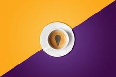 Ampola feita na xícara de café Tempestade de cérebro, conceito da ideia ou café-ruptura foto de stock royalty free