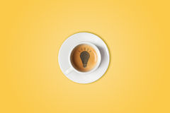 Ampola feita na xícara de café Tempestade de cérebro, conceito da ideia ou café-ruptura imagem de stock royalty free