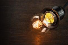 Ampola no fundo escuro, conceito da faculdade criadora Imagens de Stock Royalty Free