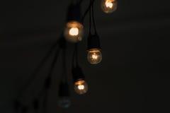 Ampola retro que pendura com fundo do espaço escuro para sua decoração Imagem de Stock Royalty Free
