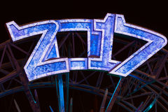 Ampolas de ano novo feliz 2017, fundo de néon Projeto do calendário O azul ilumina números metálicos Fotografia de Stock